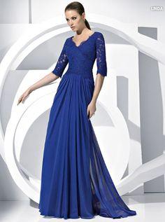 Vestido largo azul con mangas largas.