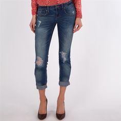 I love the boyfriend jeans + heels look