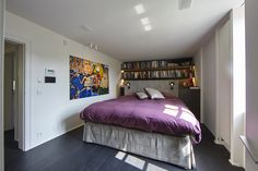 De masterbedroom, met boekenkast achter het bed. Het gehele huis kent een exclusieve afwerking. Dit werd mede verzorgd door het prachtige schilderwerk en de gerenoveerde parketten door de firma Kordekor uit Kortrijk.