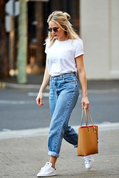 An Off-Duty White Tee And Denim Look To Try Now | Le Fashion | Bloglovin'