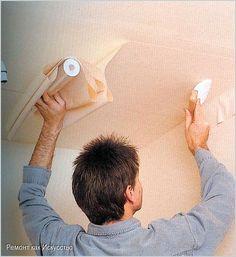 Как оклеить потолок обоями.  ОбоиОклеивание потолка обоями выгодно отличается от многих других видов отделки – это не только красиво и необычно, но и оптимально подходит для помещений с высоким уровнем влажности.   Применяемые для оклейки потолочных поверхностей обои должны отличаться значительной влагостойкостью и прочностью. Лучше всего отдать предпочтелия виниловым или флизелиновым обоям. При выборе цвета ориентируйтесь на размеры комнаты: светлые тона зрительно увеличивают окружающее…
