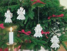 De hæklede juleengle er forholdsvis hurtigt lavet. Lad dem pynte på grønne potteplanter – eller brug dem som julepynt på juletræet.