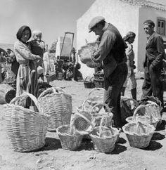 Feira de cestos. Autor: Artur Pastor - 1940. Artur Pastor foi um fotógrafo português (n. 1 de Maio de 1922, em Alter do Chão, f. 1999)
