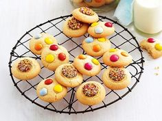 Butter biscuits with Smarties - super easy to make and kids love them! Good Food, Yummy Food, Tasty, Meringue Pie, Moist Cakes, Biscuit Recipe, Cooking With Kids, Summer Desserts, Original Recipe
