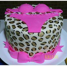 Oncinha dourada para chá de lingerie! #lingerieshower #rebecalhu #animalprintcake #bolodeoncinha #chadelingerie