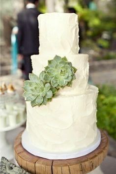 Decorar con flores el pastel es muy fácil y simple, pequeñas hojas y ramos de suculentas adornarán a la perfección la cobertura de color blanco o vainilla.