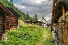 Kühmad // Lötschental Places In Switzerland, Seen, Swiss Alps, Lausanne, Im In Love, All Over The World, Hiking, Cabin, Mountains