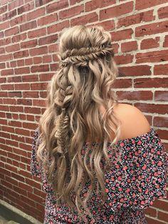Braided wedding hair. Fishtail. Boho. Bohemian. Braid. Braids. Beach waves. Wedding. Half up. Blonde. Long hairstyle. Trendy.