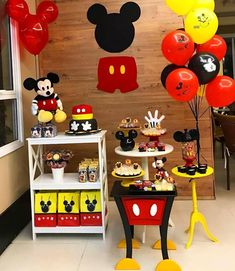 Linda #minitable ❤💛❤ Via @mamaefesteirace #inspiresuafesta #bloginspiresuafesta . #Repost @facaafesta_locacao • • • As festas pocket vieram… Mickey Minnie Mouse, Festa Mickey Baby, Fiesta Mickey Mouse, Mickey Party, Mickey Mouse Parties, Pirate Party, Mickey 1st Birthdays, Mickey Mouse First Birthday, Mickey Mouse Baby Shower