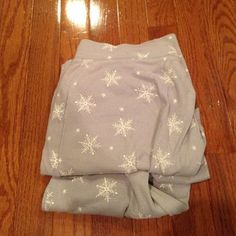 Pajama Pants Snowflake pattern. In good condition. Feel free to make an offer :) Gilligan & O'Malley Intimates & Sleepwear Pajamas