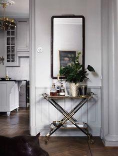 A skilfully decorated Scandinavian apartment (Daily Dream Decor) Bar Cart Styling, Bar Cart Decor, Interior Ikea, Interior Decorating, Decorating Ideas, Interior Shop, Decorating Kitchen, Decorating Websites, Swedish Interiors