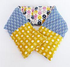 Bouillotte 70 cm x 11,5 cm pour cervicales, blé bio tissus vagues bleues japonais et fleurs scandinaves moutardes : Soin, bien-être par zig-et-zag