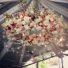 Hydrangeas, roses, tulips and branches unite in this spectacular hanging wreath with tealight candles suspended from it. Fruits Decoration, Flower Decorations, Wedding Decorations, Diy Wedding Tent, Marquee Wedding, Wedding Ideas, Lustre Floral, Floral Wedding, Wedding Flowers