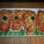 Vamos a preparar una receta sencilla Paninis Caseros, tipo pizza, por los ingredientes y la presentación. Es fácil de hacer en casa así que manos a la obra.   El panini es una variedad de sándwich de origen italiano.  Preparación de los Paninis Caseros: Horno precalentado a 200º C.  Partimos la barra de pan por la mitad a lo ...