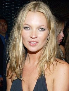Kate Moss with a blonder, beachy-haired look in Kate Moss Hair, Moss Fashion, Kate Moss Style, Queen Kate, 90s Hairstyles, Nude Lip, New Hair, Supermodels, Hair Makeup