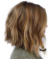 Frisuren Honey Blonde Chopped Angled Bob In the Rocky Mountains of Colorado, a garden that looks lik Inverted Bob Hairstyles, Medium Bob Hairstyles, Hairstyles Haircuts, Choppy Bob Hairstyles Messy Lob, Layered Hairstyles, Casual Hairstyles, Funky Medium Haircuts, Swing Bob Hairstyles, Weave Hairstyles