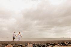 Ensaio casal na praia. Casal caminhando no molhe.  Veja mais desse ensaio em:http://www.renatoganske.com.br/portfolio/ensaio-casal/111137-danielle-bernardo-e-session-ensaio-casal-praia-picarras-santa-catarina