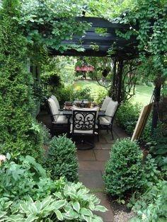 love the green covered pergola