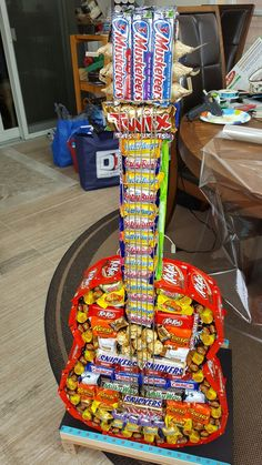 I made a candy guitar Creative Birthday Gifts, Cute Birthday Gift, Birthday Candy, Candy Art, Candy Crafts, Diy Crafts For Girls, Diy Arts And Crafts, Homemade Gifts, Diy Gifts