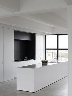 cozinha minimalista com bancada branca Mais