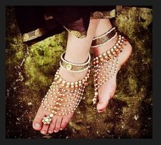 Delicate gold polki pearl payal anklet for the bride. Pies Sexy, Casual Chique, Indian Accessories, Indian Fashion, Womens Fashion, India Jewelry, Halloween Disfraces, Bare Foot Sandals, Indian Bridal