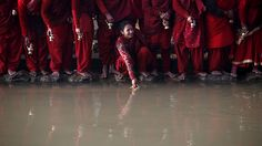 - Devotos coletam água do Rio Triveni, durante o festival Swasthani Brata Katha em Panauti, no Nepal. A cada dia eles recitam um capítulo de um conto hindu que é dedicado à deusa Swasthani. Foto: Navesh Chitrakar / Reuters