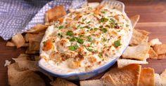 Cette trempette aux crevettes accompagne à MERVEILLE des chips de PITA maison à l'heure de l'apéro!