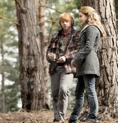 I love the way Ron looks at Hermione, it's perfect Romione