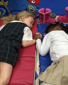 A kindergarten teacher at Presbyterian Day School in Clarksdale, Mississippi captured an adorable photo of two of her tiny students holding hands during nap time. The school teacher posted the . Couple Sleeping, Girl Sleeping, Sleeping Dogs, Beautiful Moments, Life Is Beautiful, Beautiful Kids, Beautiful People, Girls Holding Hands, Hold Hands