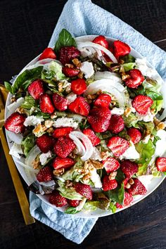 See healthy and easy cold summer salad recipes like this one with strawberries and onions. Greek Orzo Salad, Pasta Salad With Tortellini, Summer Pasta Salad, Summer Lunch Recipes, Best Summer Salads, Asparagus Salad, Feta Salad, Mediterranean Pasta Salads, Blueberry Salad