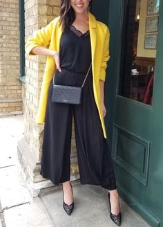 Wide legs are soooo in! And with a bright yellow jacket from Suzy Shier: perfect workwear outfit!