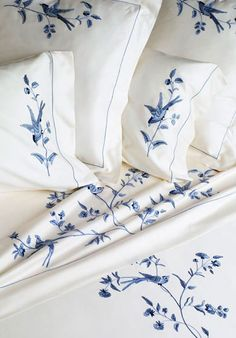 Hand embroidered bed linens by Léron. View all of our custom hand embroidered sheets and contact us to find out more. Draps Design, Love Blue, Blue And White, Blue Jay, Embroidered Bedding, White Cottage, Linens And Lace, Fine Linens, White Decor