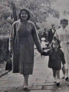 1961 TAHİRENİN ATASINI İLK ZİYARETTİ..ANNECİĞİ İLE Tahire  adına yeniden albüme yüklenmiştir. — TC Tahire Ö ile birlikte.