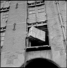 1964. Boxes of thee are loaded in the warehouse Zondag at the Cruquiusweg in Amsterdam. Photo Ben van Meerendonk / AHF, Collectie IISG. #amsterdam #1964 #Cruquiusweg