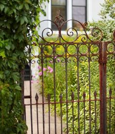 Garden gates 194640015117850385 - Curls and points on this rusty gate hint at a Victorian theme. Wrought Iron Garden Gates, Garden Gates And Fencing, Metal Gates, Tor Design, Gate Design, Garden Entrance, Garden Doors, Old Gates, Front Gates