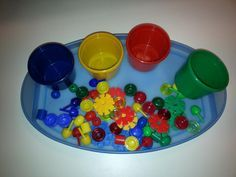 Eine einfache Montessoriübung für unsere jungen Kinder:  Spielsachen aus dem Gruppenraum nach Farben sortieren         Ziele:  Interesse an ... Montessori Trays, Maria Montessori, Montessori Activities, Montessori Materials, Infant Activities, Montessori Practical Life, Educational Toys, Baby Toys, Baby Play