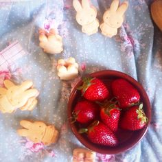 Por fin pude rellenar mis petit-beurre de la crema de fresas!! Es una delicia, saben a helado de fresa del bueno!!