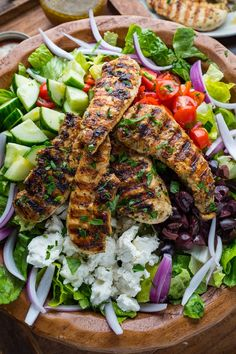 Greek Style Grilled Chicken Salad Greek Style Grilled Chicken Salad - A Greek style salad with tomatoes, cucumber, onion, olives, feta and Greek dressing with grilled chicken! Healthy Sweet Snacks, Healthy Recipes, Greek Grilled Chicken, Greek Style Chicken, Grilling Recipes, Cooking Recipes, Traditional Greek Salad, Feta, Salad Dishes