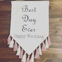 結婚式、前撮りなどに使えるウェディングフラッグです。ウェディングフラッグの、一番よくあるメジャーな結婚式での使い方は、フラワーガールやリングボーイ、ブライズメイドがウェディングロード(バージンロード)を歩くときに、『here comes the bride』と書いたフラッグを持って、間もなく花嫁が入場してくることを知らせます。この商品は、Best Day Ever(今までで1番最高の日)です。ウェルカムスペース、受付、前撮り小物、また式が終わってからはご自宅で…と活躍してくれる小物です。サイズ 約41.5×30cmです。(布部分)上部に棒を通す部分がありますので、棒を通し吊るしてご使用ください。(棒、紐は付いてきません)文字はポスカ(耐水性)で手書きです。(アイロンOK)素人作品ですので、完璧を求められる方はご遠慮ください。他の文章などでご希望の方は、コメントでお知らせください。お名前、日付なども対応できます。