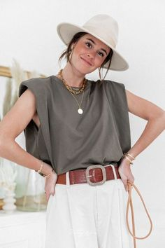 Tee-shirt à épaulettes Shoulders coupe loose kaki Look Fashion, Girl Fashion, Fashion Outfits, Womens Fashion, Muscle Tee Outfits, Outing Outfit, Looks Street Style, Korean Women, Muscle Tees