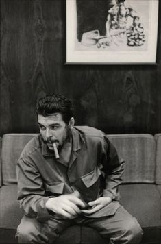 These fascinating photographs are portrait of Che Guevara that were taken by Elliott Erwitt during an interview with Lisa Howard in Havana, . Che Guevara Tattoo, Che Guevara Photos, Che Quevara, Pop Art Bilder, Ernesto Che Guevara, Elliott Erwitt, Power Trip, Fidel Castro, Roy Lichtenstein