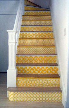 Escalera en amarillo