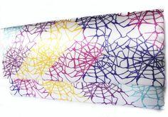 Uma linda bolsa envelope com aba reta, confeccionada em cartonagem e com um grande diferencial: a estampa é exclusiva! O revestimento externo é em cetim bucol  (tecido encorpado), com padrão teia e  revestimento interno em impermeável branco. Fechos tipo botão com imã.  Medidas: 3x13x30cm