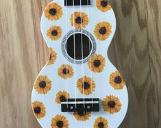 Ukulele Art, Ukulele Songs, Ukulele Chords, Guitar Art, Ukelele Painted, Ukulele Design, Guitar Painting, Sunflower Art, Diy Art Projects