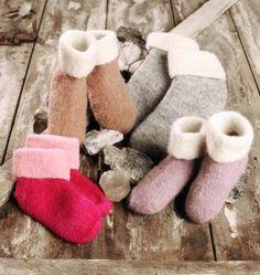 TOVEDE SOKKER/TØFLER (Bildet: naturhvitt nr. 00 eller rosa nr. 13 og grått nr. 25, cerise nr. 48... Knitting Socks, Mittens, Knitting Patterns, Gloves, Slippers, Felt, How To Make, Diy, Inspiration