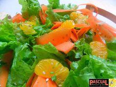 Ensalada de Lechuga y Mandarinas Una lechuga crespa (escarola), verde o roja o una mezcla de las dos. ·       ¼ de cebolla blanca o morada cortada en julianas. ·       1/ 2 zanahoria cortada con el pelador de vegetales. ·       Cilantro finamente picado ·       Ajonjolí o sésamo ·       1 limón ·       Pimienta ·       ½ lata de cascos de mandarinas o 1 mandarina sin semillas. ·       Aceite de oliva (opcional)