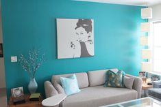 peinture turquoise avec un canapé droit beige et coussins en tant que déco