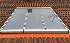 """In Esslingen haben wir ein A98 Glasdachsystem geliefert und montiert. Das auf den Bildern zu erkennende Fenster hat die Maße von 2430mm x 22511mm, bei einer Neigung von 26°. Es sind drei Module verbaut, wovon keins zum Öffnen ist. Als Glas wurde das Sonnenschutzglas HS SN 51/27 in """"neutraler"""" Ausführung verwendet."""