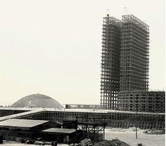 """A CAPITAL EM CONSTRUÇÃO -- """"Visitar Brasília foi como visitar Pompeia, mas ao contrário. Em vez de imaginar a vida que existiu 2000 anos atrás, víamos-nos imaginando a vida que haveria ali dez anos depois"""" (Foto: Museu da República)."""