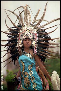Dancer / Bailarina by Nestor Botta - Aztec girl in San Miguel de Allende, Mexico Cultures Du Monde, World Cultures, Maya, We Are The World, People Around The World, Chicano, Mexican Art, Mexican Style, Aztec Costume